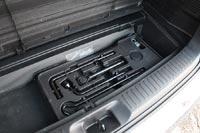 Под полом багажника предусмотрен небольшой органайзер для инструмента