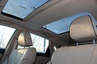 Воздуха интерьеру добавляет большой люк над передними креслами и дополнительная панорамная секция над галеркой.