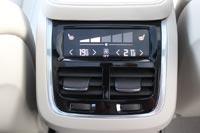 У задних пассажиров сенсорный дисплей климат-контроля