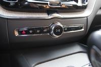 На центральной консоли всего 7 аналоговых кнопок и регулятор громкости