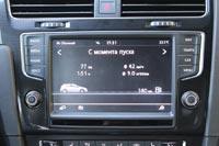 В центр консоли вписан сенсорный монитор на 8 дюймов.