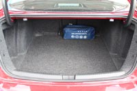 Багажный отсек Volkswagen Jetta не только самый вместительный среди одноклассников, но и достаточно удобный