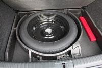Под полом багажника запасное колесо - докатка и ящики для мелочей