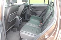 На заднем ряду места много, кресла регулируются продольно в диапазоне 18 см...