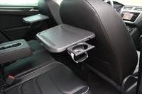 Откидные столики с подстаканниками для задних пассажиров