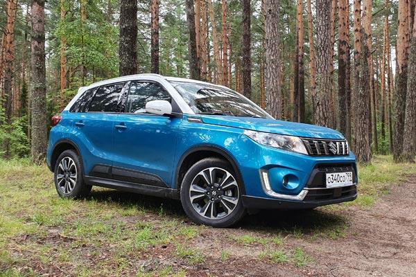 Вертикальные вставки в решетку радиатора и новые двухцветные решения кузова сделали Suzuki Vitara более нарядным и броским