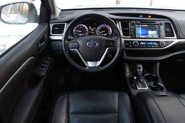 Посадка водителя удобна, а расположение кнопок интуитивно понятно